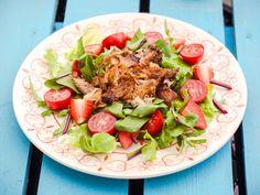 Sałatka z grillowanym kurczakiem w pikantnej marynacie i truskawkami
