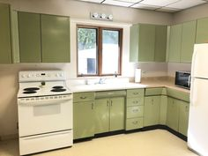 Signature vintage metal kitchen cabinets Avocado Green With Cast Iron Sink Vintage Kitchen Sink, Metal Kitchen Cabinets, Wood Cabinets, Cast Iron Sink, Dream Kitchens, Vintage Metal, Laundry Room, Kitchen Remodel, Avocado