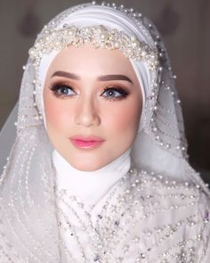 Are you planning a wedding on a budget? Dollar Tree to the rescue with these thrifty wedding plannin Muslimah Wedding Dress, Muslim Wedding Dresses, Muslim Brides, Wedding Day Makeup, Bridal Makeup Looks, Bride Makeup, Bridal Hijab, Hijab Bride, Wedding Hijab Styles