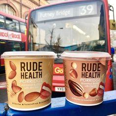 ⚡️¿Cuál de estos Porridge es tu favorito? 🔸Mantequilla de almendras con un toque de sal marina. 🔸Mantequilla de avellanas con cacao.  🙋🏼♀️Para mí siempre con chocolate 😋 🔝Estas gachas de avena vienen en porciones individuales para cuando tienes prisas y necesitas un desayuno rápido, delicioso y saludable, solo agregar agua caliente y a disfrutar.  ➖➖➖➖ Encuéntralos en👉🏼www.dellaterra.es #avena #desayuno #saludable #nutrición #fitness #delicious