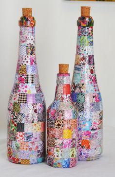 Garrafa reutilizada, pintada, revestida com papel, delicadamente trabalhada em mosaico. Produto Decorativo  Com carinho para enfeitar qualquer ambiente.