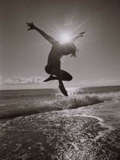 Silhouette of Dancer Jumping Over Atlantic Ocean Fotografisk tryk