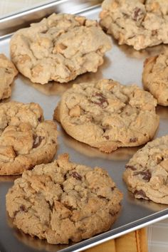 Got an embarrasingly dirty cookie sheet? There's a way to clean cookie sheets with burned-on gunk. All you need is a couple of simple household ingredients! Cleaning Cookie Pans, Clean Baking Pans, Household Cleaning Tips, Cleaning Hacks, Clean Cookie Sheets, Baking Soda, Life Hacks, Deserts, Organizing
