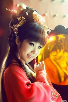 chinese art///My god is this person a painting or is she real?! I can't tell?!?!