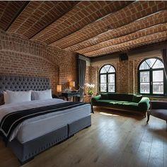 Yılın en karlı gecesinde bu yatakta uyanmak nasıl olurdu sizce  @regieottoman  Otelin odaları şahane, binanın dokusuna dokunmadan modernize edilmiş, tarihi yarımadanın için de ve o bölgede bulunanacak ender güzel otellerden biri...  ~~~~~  Yer: Sirkeci, İstanbul ☎️+90-212-5206020 www.kucukoteller.com.tr/regie-ottoman-istanbul  #regieottoman #sirkeci #istanbul