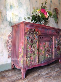 Shabby Chic Furniture In a family room, try to arrange your furniture into centers. Funky Painted Furniture, Decoupage Furniture, Refurbished Furniture, Paint Furniture, Unique Furniture, Shabby Chic Furniture, Furniture Projects, Furniture Makeover, Furniture Design