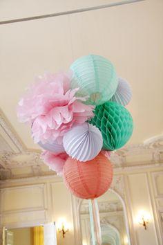 decoration plafond lampion boule alveolee, lampion accordeon pompon en papier