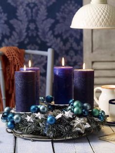 Surprise your friends and family this year and create a stylish Christmas decoration with the traditional warmth by making a craft of an advent wreath with candles. Christmas Candle Centerpieces, Advent Candles, Outdoor Christmas Decorations, Christmas Advent Wreath, Christmas Mood, Christmas Makes, Diy Advent Wreath, Navidad Diy, Christmas Inspiration