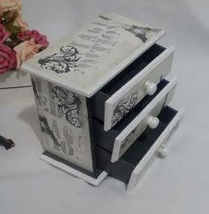 Mini cômoda em mdf com 3 gavetas, com pintura no tema Paris e verniz.  Medidas 9x15cm x 16cm de altura.