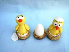 Trio de pintinhos no ovo com a base em biscuit e palha. O preço de R$ 15,00 inclui os 3 ítens