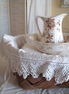 🌟Tante S!fr@ loves this📌🌟. Cabin & Cottage : Transferware, A No Sew Basket Liner, and Kinfolk Magazine Cottage Living, Cottage Style, Decoration Shabby, Kinfolk Magazine, Vibeke Design, Basket Liners, White Cottage, French Cottage, Linens And Lace