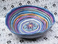 Fruteira de Papel Machê - pintura Flor Central <br>material reciclado e artesanal <br>Este produto colabora com a preservação do meio ambiente