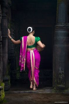 Kashta Saree, Saree Poses, Net Lehenga, Indian Photoshoot, Saree Photoshoot, Indian Photography, Girl Photography Poses, Feminine Photography, Village Photography