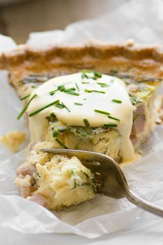 Eggs Benedict Quiche with Hollandaise Sauce ~ this brilliant hack lets you enjoy your favorite luxury breakfast in easy sliceable form ~ complete with little chunks of Canadian bacon, and a quick and creamy hollandaise sauce! Breakfast Quiche, Breakfast Dishes, Breakfast Time, Best Breakfast, Breakfast Recipes, Breakfast Ideas With Eggs, Mexican Breakfast, Breakfast Sandwiches, Breakfast Options
