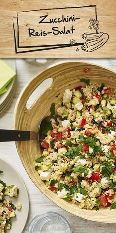Du hast noch Zucchini und überlegst, was du damit kochen könntest? Dann haben wir eine tolle Idee für dich: Dieser aromatische Reis-Salat bekommt durch saftige Tomaten, leckerem Schafskäse und schwarzen Oliven eine besondere Note!