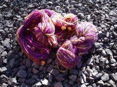 """""""Pensées"""" est une laine filée et teinte à la main dans les tons violine et jaune."""