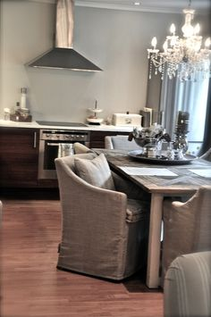 contemporary kitchen with vintage table, chandelier and linen slipcovered dining chairs - Villa Paprika -anita sitt hjem 8