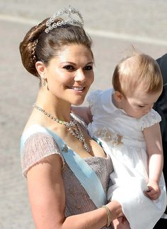"""Royaler jewelry: Crown Princess Victoria wearing a delicate tiara that her deceased great-aunt Princess Lilian belonged and therefore is also known under the name """"Princess Lilian laurel wreath"""" tiara.  It is made of diamond, silver and gold.  Even Victoria's necklace comes from old family owned and was one of the favorite pieces of her great-aunt.  How many pieces that are worn on the Swedish Court, comes the tiara from the estate of Margaret of Connaught.  She married early 20th century…"""