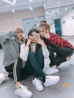 we are just a group of people who are expensive and like to help others 💓💓💓 Korean Best Friends, 3 Best Friends, Best Friends Forever, Ulzzang Korean Girl, Ulzzang Couple, Kpop Girl Groups, Kpop Girls, Selfi Tumblr, Bff