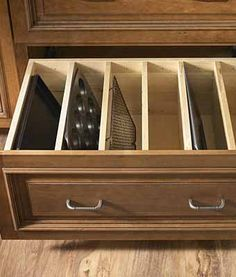 организация хранения посуды в выдвижном ящике кухонного шкафа