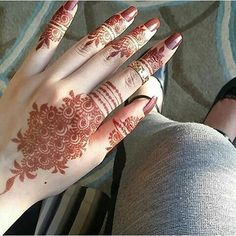 Mehndi designs are one of the authentic patterns and textures that the ladies of all ages are adored. Nowadays, mehndi is thought to be promising and take as a symbol of good fortune for the family in coming future. Finger Henna Designs, Simple Arabic Mehndi Designs, Mehndi Designs Feet, Henna Art Designs, Mehndi Designs For Girls, Mehndi Designs 2018, Stylish Mehndi Designs, Mehndi Designs For Fingers, Mehndi Design Pictures