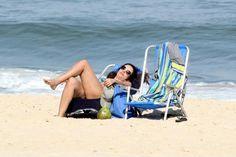De biquíni estampado, Patrícia Poeta curte praia no Rio de Janeiro