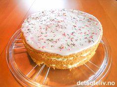 """""""Bingokake"""" er en lekker og lettlaget kake, som består av luftig sukkerbrød som er fylt med romkrem og dekket med deilig glasur. Nydelig! Se også oppskrift på """"Romkremkake"""". Vanilla Cake, Cookies, Baking, Food, Crack Crackers, Biscuits, Bakken, Essen, Meals"""