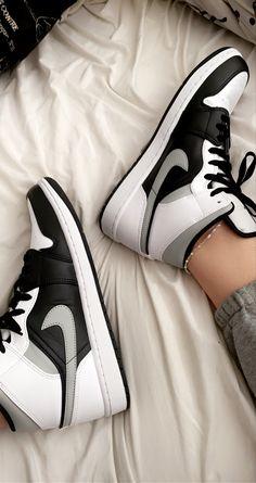 Dr Shoes, Swag Shoes, Cute Nike Shoes, Cute Sneakers, Nike Air Shoes, Hype Shoes, Jordans Sneakers, Air Jordans, Jordan Shoes Girls