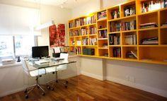 Escritório com estante amarela.