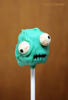With Halloween just around the corner this is a Super easy super fun, cake pops, great way for the kids to help bake, and don't worry about a messy cake pop cuz it makes for a better looking monster. Simple way to eat Cake pops . Gross Halloween Foods, Comida De Halloween Ideas, Pasteles Halloween, Halloween Cake Pops, Halloween Treats, Halloween Party, Halloween Zombie, Halloween Halloween, Zombie Birthday
