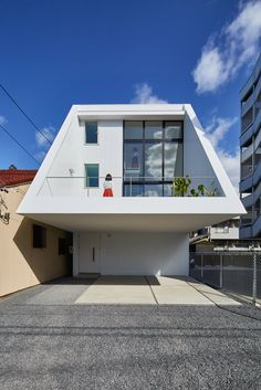 Keitaro Muto Architects Design a New Japan Three-Story Open House Japan Architecture, Modern Architecture Design, Amazing Architecture, Interior Architecture, Minimalist Architecture, Rammed Earth Homes, Narrow House, Beautiful Buildings, House Front