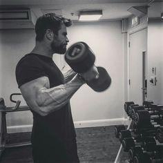Chris Hemsworth pumping-up
