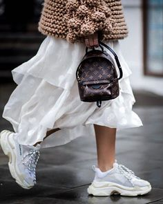 White sneakers are a necessity for every woman's closet. From street style looks, to athleisure style, these classic shoes are a must! Fashion Mode, Look Fashion, Fashion Outfits, Womens Fashion, Fashion Tips, Fashion Trends, Fashion Clothes, Fashion Bloggers, Fashion Accessories