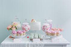 """Un party in stile """"Peppermint Rose"""". Ispirato ad una linea di bambole dei primi anni novanta, questoallestimento essenziale e chicchissimo…"""