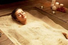 Remedies For Varicose Veins Detox in a hot sand bath. The fine beach sand used in the bath is treated with herbs and aromatic salts. The hot sand bath works like a sauna: sweat, expel toxins, and be pure. Salt Room Therapy, Sand Therapy, Light Therapy, Varicose Vein Remedy, Varicose Veins, Spa Massage, Massage Therapy, Spa Interior, Spa Rooms
