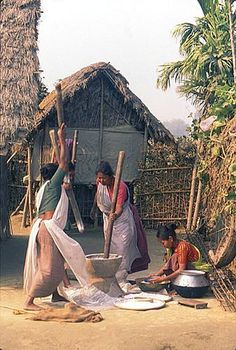Tharu women usisn Dhiki to grind rice, Morang, Nepal. Watercolor Paintings Nature, Indian Art Paintings, Village Photography, Life Photography, Interracial Art, Tribal Images, Alien Photos, Ariana Grande Drawings, Village Photos