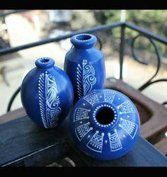 Worli Painting, Bottle Painting, Ceramic Painting, Ceramic Art, Pottery Painting Designs, Pottery Designs, Paint Designs, Painted Clay Pots, Painted Flower Pots