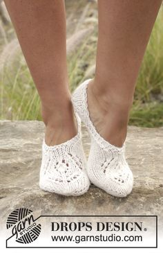 """Snow fairy / DROPS - free knitting patterns by DROPS design - Knitted DROPS slippers in """"Nepal"""" with lace pattern. Size Free patterns by DROPS Design. Knitted Slippers, Crochet Slippers, Knit Or Crochet, Crochet Granny, Hand Crochet, Drops Design, Knitting Socks, Free Knitting, Finger Knitting"""