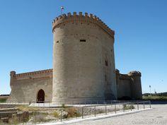 El Castillo de Arévalo es una fortificación del siglo XV, localizada en Arévalo, al norte de la Provincia de Ávila, Comunidad Autónoma de Castilla y León, (España). El castillo de Arévalo se encuentra emplazado al norte del núcleo urbano y enclavado en una elevación, en las confluencias de los ríos Adaja y Arevalillo, que le proporcionan una especie de foso natural defensivo.  Mas información: http://castillosdelolvido.es/castillo-de-arevalo/