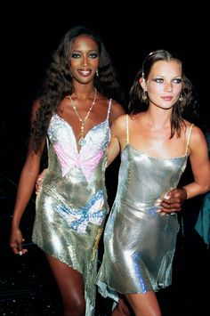 Kate Moss Look Book June 1999 Where: With Naomi Campbell at the Syon House Fashion Show. What: Dress by Versace.June 1999 Where: With Naomi Campbell at the Syon House Fashion Show. What: Dress by Versace. Versace Vintage, Glamour Vintage, Glamour Uk, Vintage Style, Donatella Versace, Gianni Versace, Versace Versace, Fashion Week, High Fashion