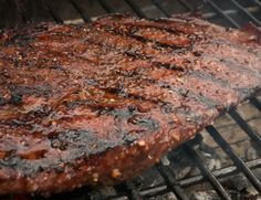 A short marinade, a quick grill, a great dish inspired by the classic steak au poivre. Healthy Grilling Recipes, Roast Beef Recipes, Grilled Steak Recipes, Super Healthy Recipes, Easy Chicken Recipes, Cooking Recipes, Smoker Recipes, Healthy Dinners, Most Nutritious Foods