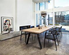 table à manger en bois et noir de design scandinave et des chaises noires élégantes