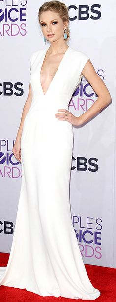 Who made Taylor Swift's white gown, jewelry, and pumps that she wore to the People's Choice awards in Los Angeles on January 9, 2013?