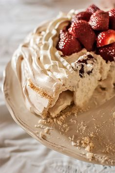 Hot chocolate in the West Indies - Clean Eating Snacks No Bake Desserts, Just Desserts, Delicious Desserts, Pavlova Cake, Anna Pavlova, Sweet Recipes, Cake Recipes, Bulgarian Recipes, Cooking Cake