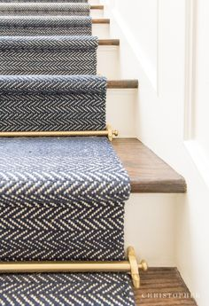 Arquitetura comercial e residencial de luxo e design de interiores - apt decoration - Escadas Style At Home, Residential Architecture, Interior Architecture, Staircase Runner, Carpet Runner On Stairs, Stair Runners, Navy Stair Runner, Carpet For Stairs, Striped Carpet Stairs