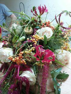 Eq roos Wedding Spirit met gloriosa als hoofd bloemen.