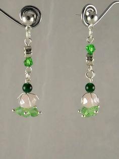 Boucles d'oreilles fleur en cristal taillé rose irisé et vert pale, petits jades verts et détails argentés
