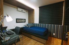 Fernando Pessoa, cliente CW: Quarto de adolescente em apartamento. Tons escuros realçados com as texturas do painel, roupa de cama e persiana.