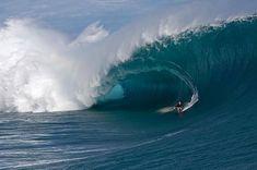 Büyük bir dalga ve sörf.. Teahupoo, Tahiti
