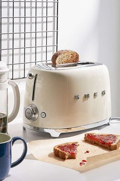 Toaster SMEG Two Slice Toaster SMEG Two Slice Toaster No more burnt toast! The new glass toaster that lets you see… - Sleek, Flat Small Kitchen Appliances, Kitchen Items, Kitchen Gadgets, Kitchen Decor, Home Appliances, Smeg Kitchen, Decorating Kitchen, Kitchen Stuff, Kitchen Interior